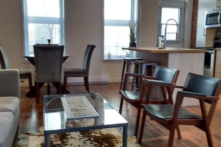 New Upper 2-bed Condo New HoMa with Parking - Montréal - Apartment