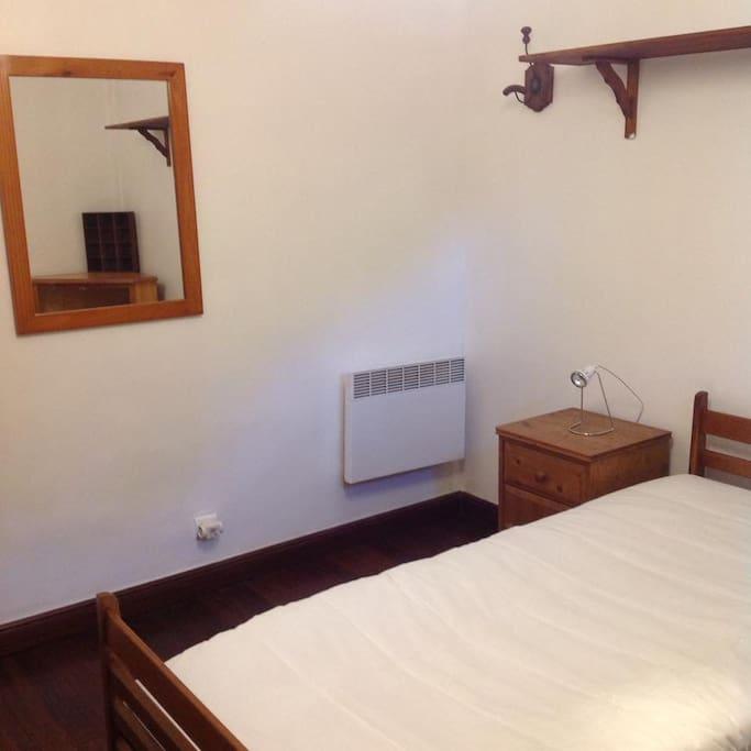 Chambre 2 : chambre avec parquet, lit double et dressing attenant.