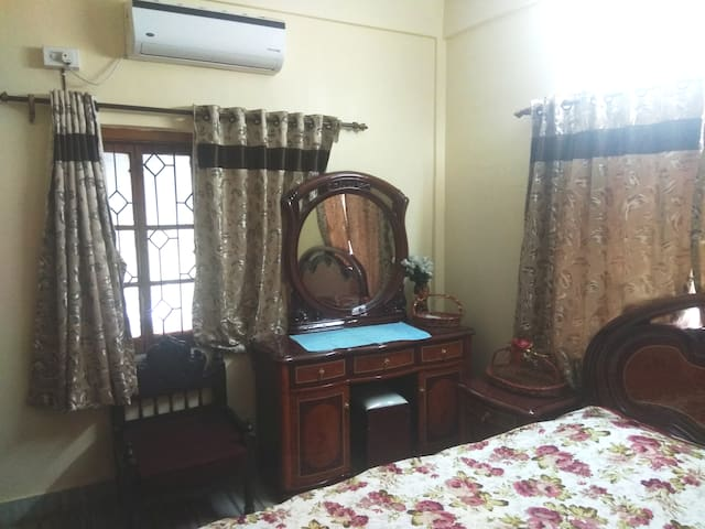 Spacious apt with Antique Furniture,AC & Kitchen