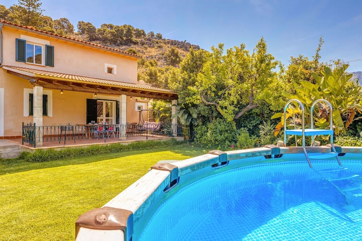 Air-Conditioned Villa near the Beach with Pool, Garden, Terrace & Wi-Fi; Parking Available