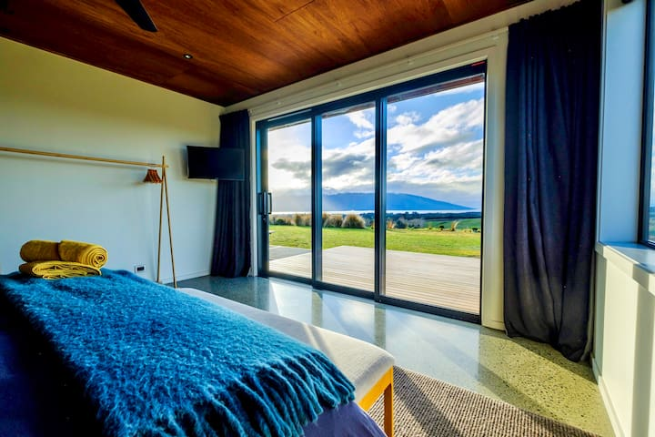 Fiordland Eco-Retreat ☆ Panoramic Views ☆ Hot Tub