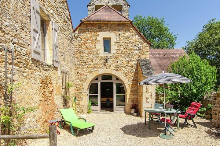 Cozy Cottage in Saint-Aubin-de-Nabirat with Swimming Pool