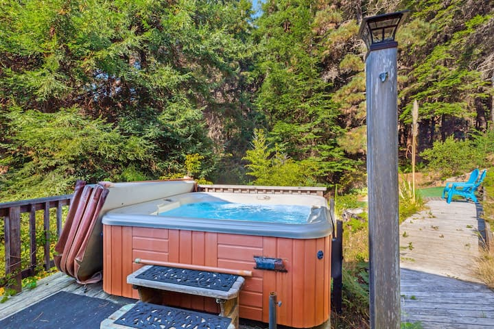 Cozy apartment w/ hot tub access & private entrance - steps to the beach