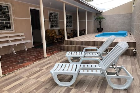 Casa com piscina TV Smart e cabo Wifi perto do mar