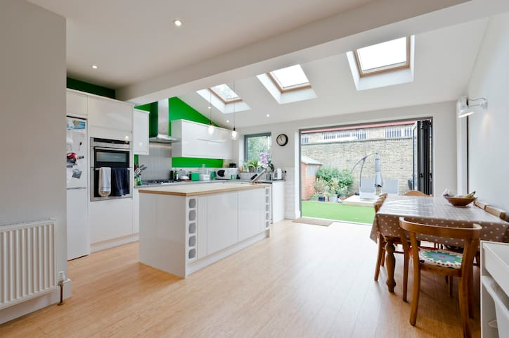 3 bed family home with beautiful garden - London - House