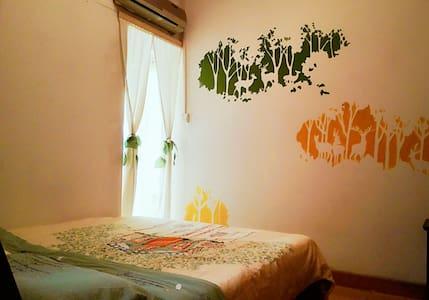 花园大床房:52号花园别院,独立卫浴。坐落于桃花江畔,火车站旁,交通便利,风景优美。 - Guilin
