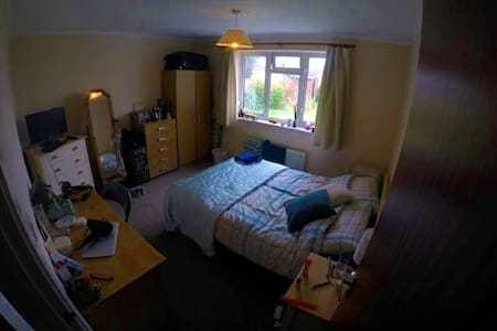 Large double bedroom in a 2 bedroom house - Hertford