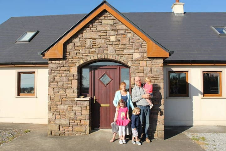 Warm Welcome, Great Location, 5 bed - Ballyfinane