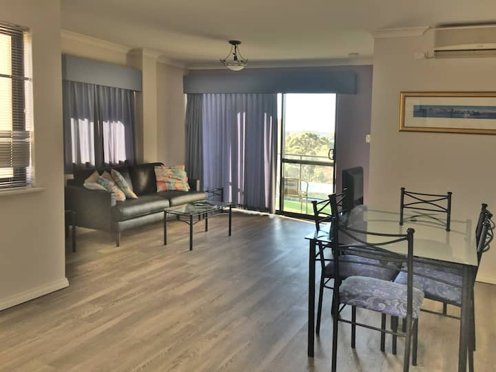 Bright 2 BD Apartment in Central Perth with views