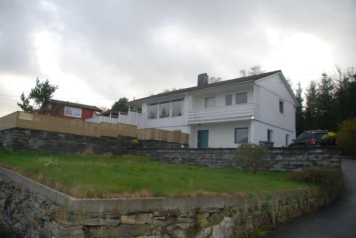 Enebolig sentralt på Askøy - Strusshamn - Haus