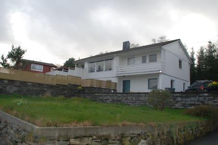 Enebolig sentralt på Askøy - Strusshamn - Casa