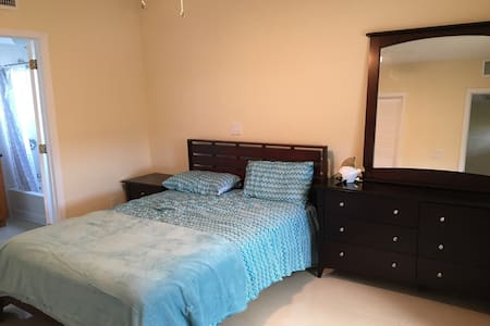 Nice Room near Grace Bay+free phone - Apartment