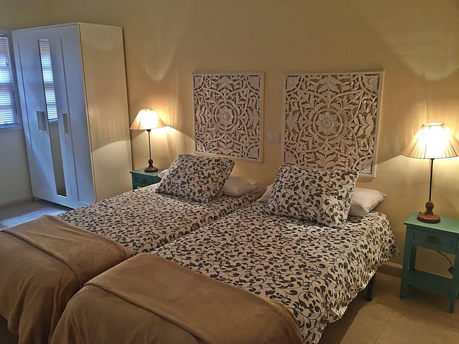Amplio, luminoso y acogedor  dormitorio, consta de dos camas con colchones cómodos y sabanas de algodón. Armario con espejo, cómoda...