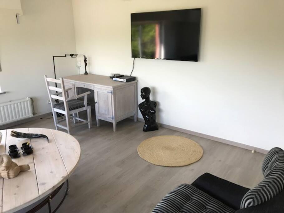 Bureel en tv ruimte