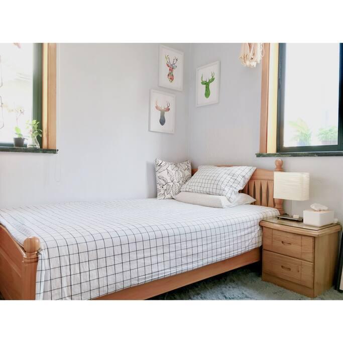 Single Bed & Tow windows | 单人床 两扇窗