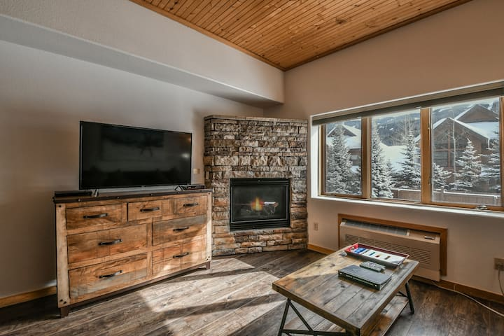 Major Updates! Fireplace, Clean & Comfortable! Hot Tub, Free parking