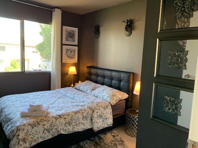 Designed bedroom To airport is 7.9km 独特设计风格的房间舒适可爱