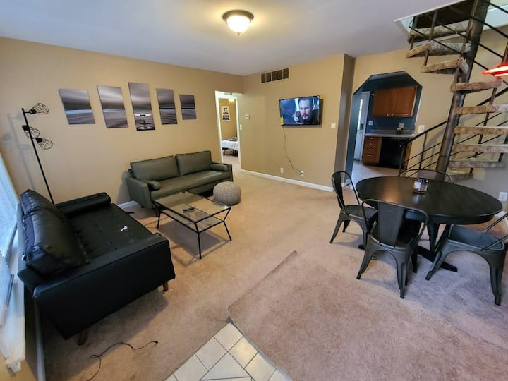 Adorable 3bdrm 4dbl beds 2 sofas 4 TVs fenced yard