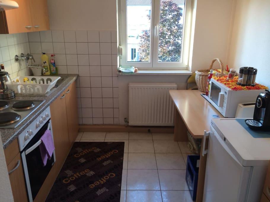 Unsere Küche inklusive Backofen, Mikrowelle, Kühlschrank, Kaffeemaschine, Toaster etc.
