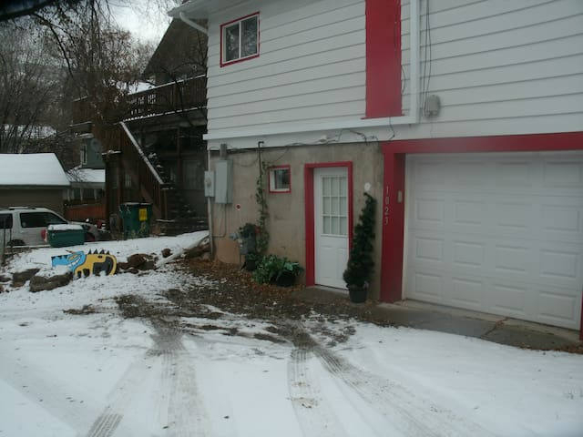 Frugal Traveler/Simple Basement Apt/Best Location - Glenwood Springs - Pis
