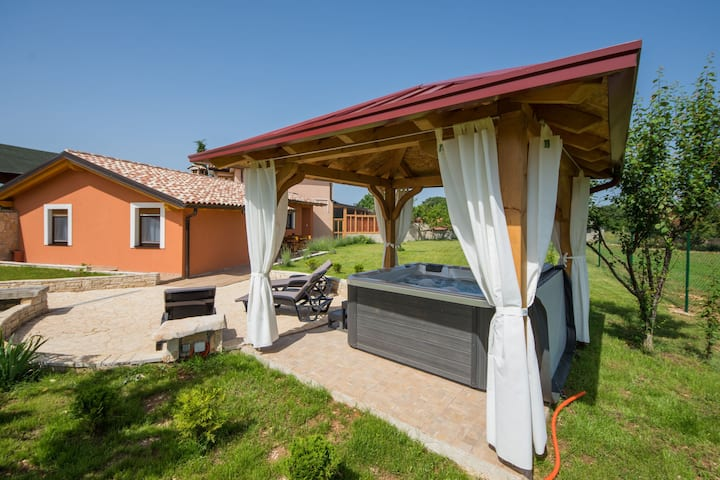 Attractive Holiday Home with Pool, Jacuzzi, Patio, Courtyard