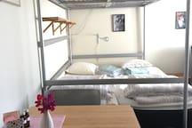Utfällbart bord, stadiga sängar 80+90 nere och en överslaf 140cm. Högt i tak.