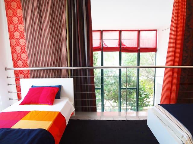 Una de las habitaciones, con 3 camas individuales y un amplio cuarto de baño, con ducha, pila y servicio.