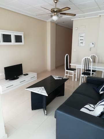 Entire 1 bed apartment, 20m from the beach, center