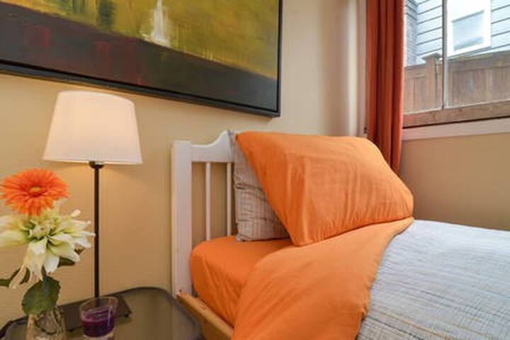 Hideaway Twin Bed, 10 min drive to downtown