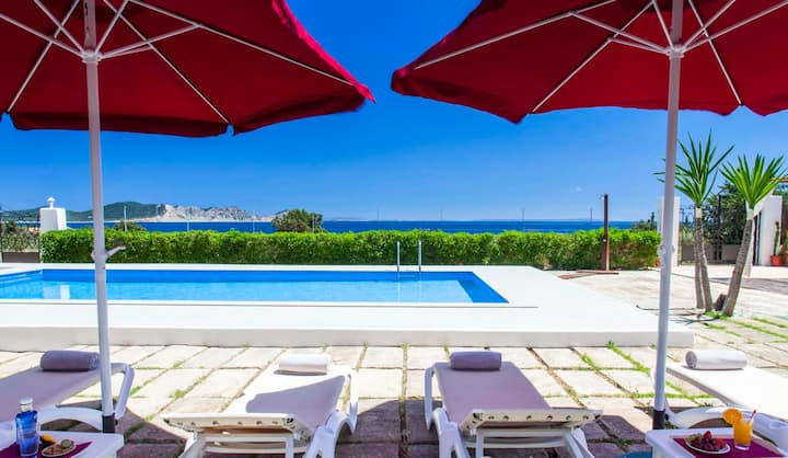 HOUSE WITH POOL, SPECTACULAR SEA VIEWS AND ONLY 3 MIN. WALKING TO THE BEACH -ET-0614-E