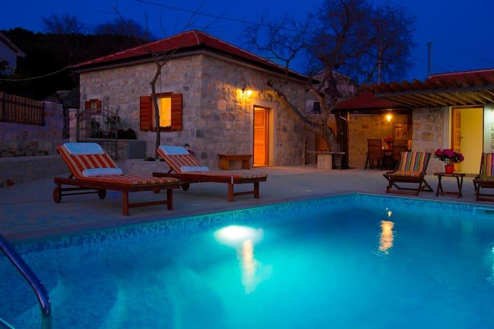 TRADITIONAL villa, heated pool LAST MINUTE 2019!!!