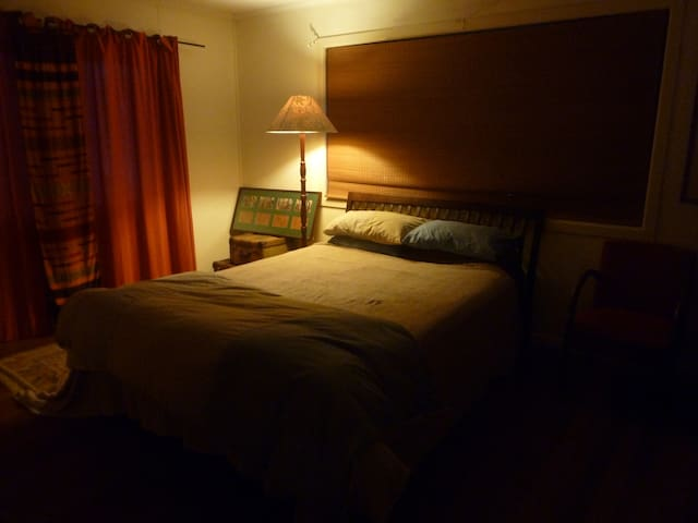 Big quiet cosy bedroom 400mts to town centre - Mullumbimby - Huis