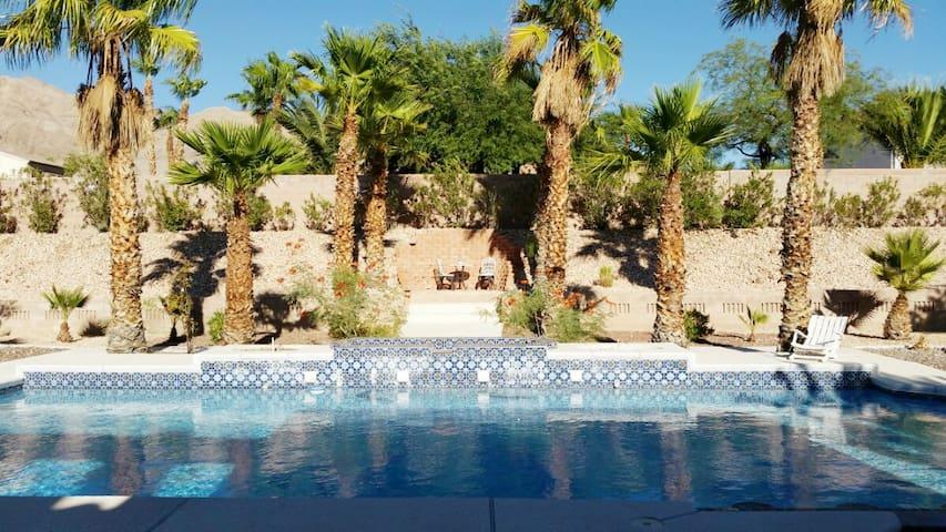 Spacious Pool Estate with Wi-Fi, Bath, Driveway - Las Vegas - Ev