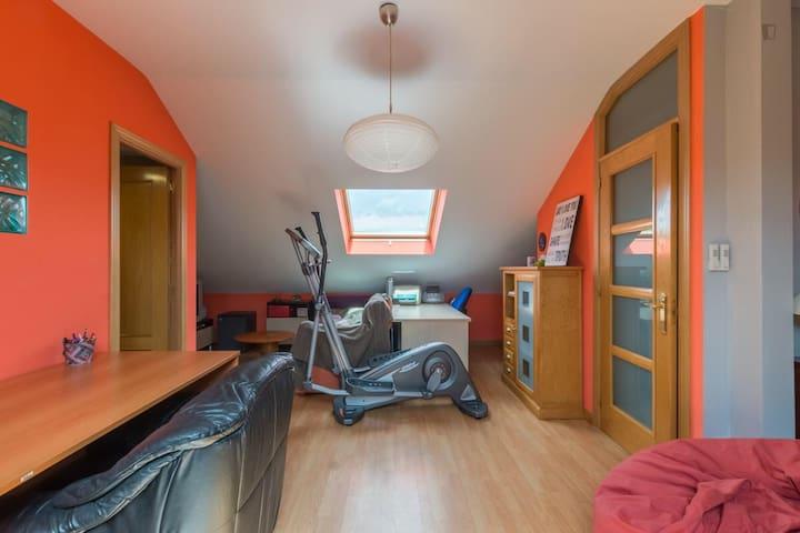 Buhardilla de 50 m2 y baño privado - Alcalá de Henares
