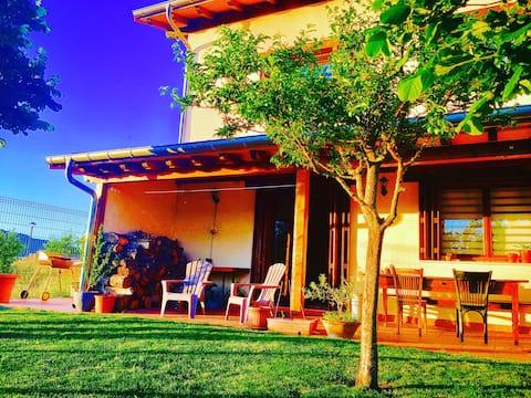 Casa con bañera hidromasaje, jardín y chimenea