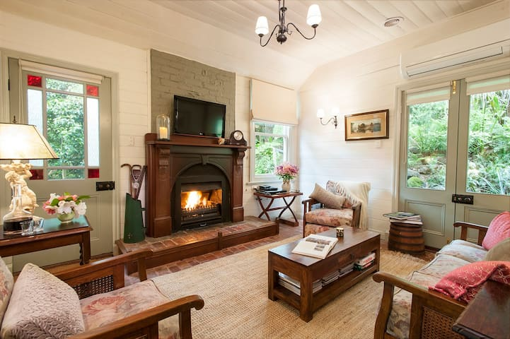 Historic Cottage Olinda Village: Spa and Log Fire