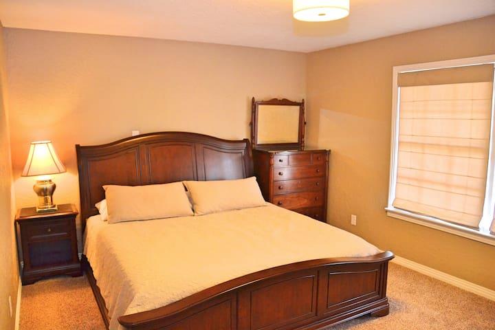 Historic Distric Remodeled 3  Bed2  Bath Sleeps 8