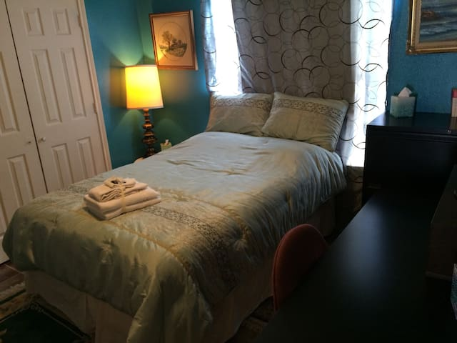 Cozy Room w/ Pillow-top Full-size Bed & Big Desk! - Dallas - House