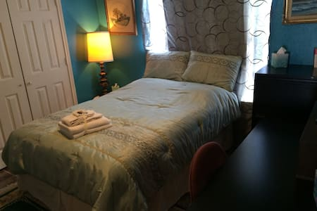 Cozy Room w/ Pillow-top Full-size Bed & Big Desk! - Dallas - Hus