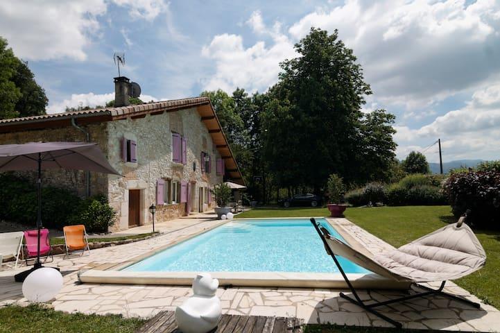 Appartement calme dans bâtisse avec piscine.