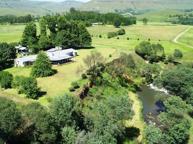Kamdun Lodge - Farmhouse stay in the Kamberg