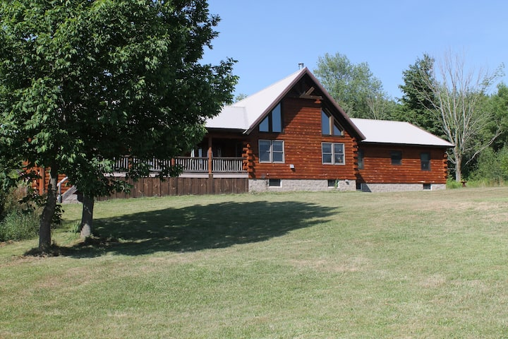 Rustic Log Home 5 min from Salmon River & Lake Ont