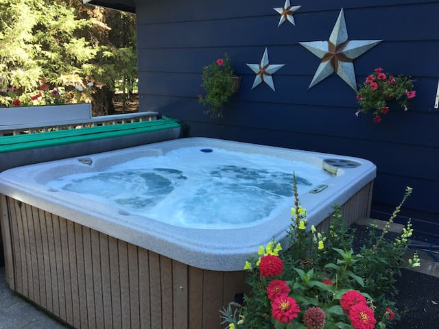 The Bear Den  *Dog Friendly* Hot Tub