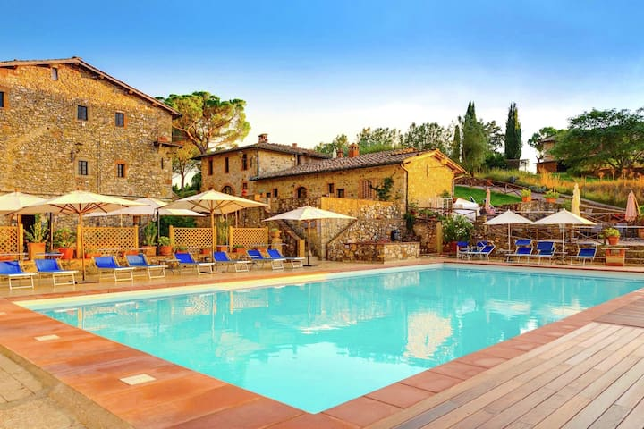 Spacious apartment on an estate from the 14th century, centrally located in Tuscany