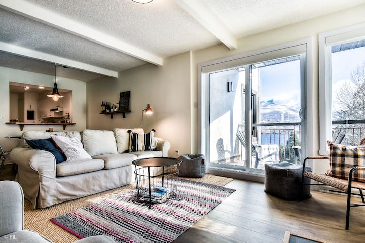 Rustic Mt-Tremblant Condo with View on the Lake