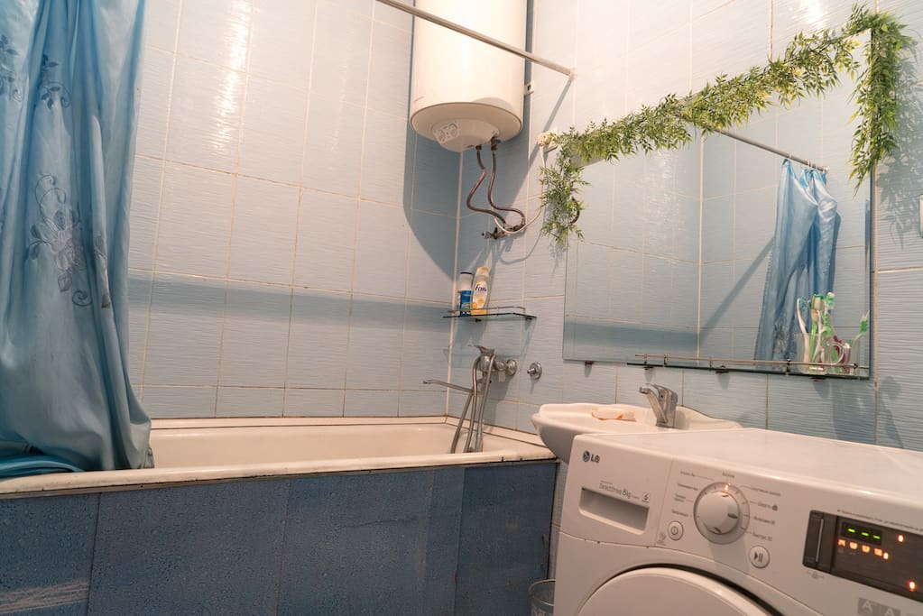 Wonderful bathroom with washing machine, hot water available 24hours.