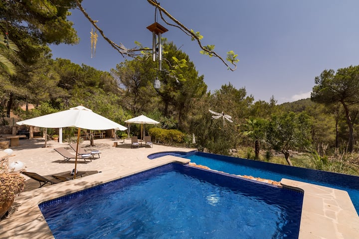 Secluded villa in 5000 sq m private grounds with AC in all 6 bedrooms