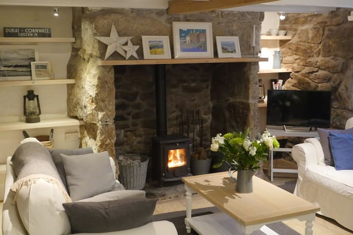 Lovely quiet, cosy cottage with sea views
