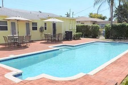 Villa Eula - Huge Pool Lots of Beds Priced Right - Hollywood - Villa