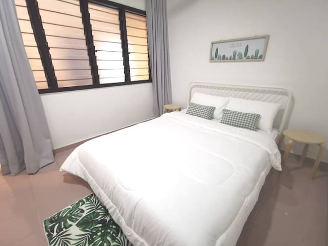 Bedroom 3 - Queen bed.  Quality mattress with full bedlinen.   Additional floor mattress can be added upon request :)